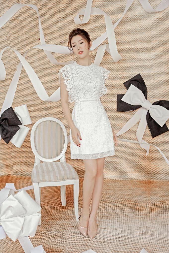 Trang phục sử dụng chất liệu ren mỏng, mang lại vẻ đẹp vô cùng dịu dàng cho người mặc. Thiết kế sử dụng các kĩ thuật ghép ren, đắp ren,… mang lại vẻ mới mẻ. Nhờ phần tay áo ren cách điệu, hai đường đính hạt chạy dọc từ vai xuống chân váy tạo sự liên kết cho bộ trang phục.