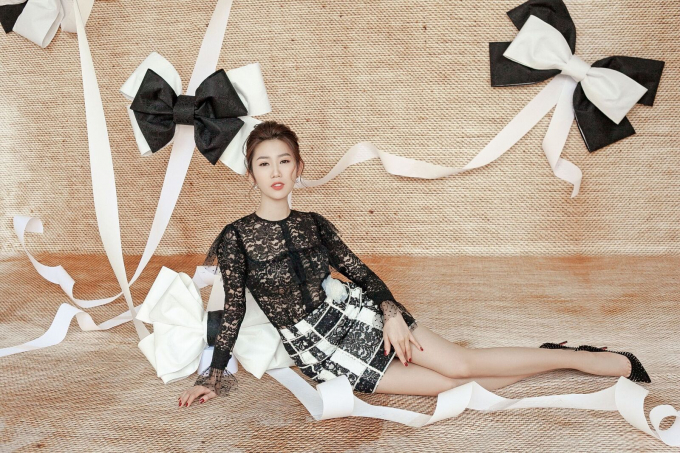 Tận dụng tốt chất liệu ren lưới cùng họa tiết chấm bi, bộ trang phục đem đến vẻ kiêu sa cho người mặc. Những đường ren mỏng chạy dọc cùng chiếc hoa cài ngang hông giúp cho tổng thể trở nên hài hòa.