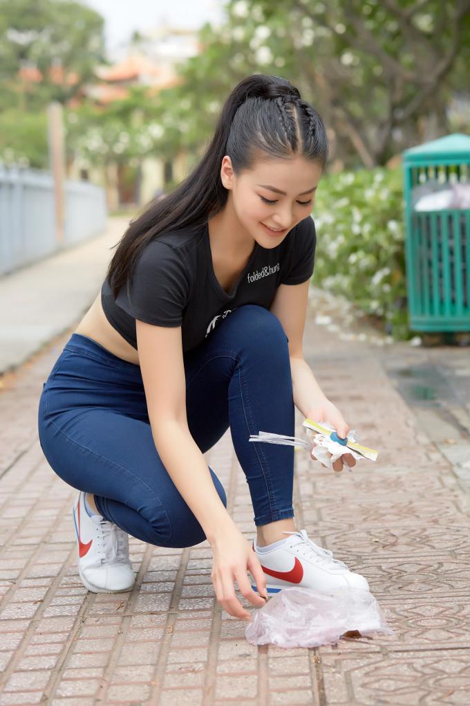 Hoa hậu Phương Khánh nhặt rác bảo vệ môi trường.