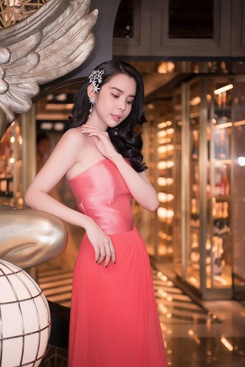 """Ngày càng trở nên xinh đẹp và có """"gout"""" khi lựa chọn những bộ trang phục bắt mắt, đầy cuốn hút trên thảm đỏ, Huỳnh Vy một lần nữa cho thấy bản thân thêm phần sắc sảo và đẹp lên từng ngày."""