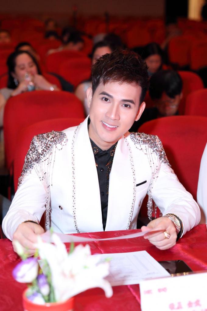 Nguyên Vũ ngồi ghế nóng tại các cuộc thi hoa hậu quý bà.