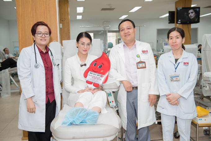Hoa hậu Phương Khánh đi hiến máu nhân dịp sinh nhật đầy ý nghĩa
