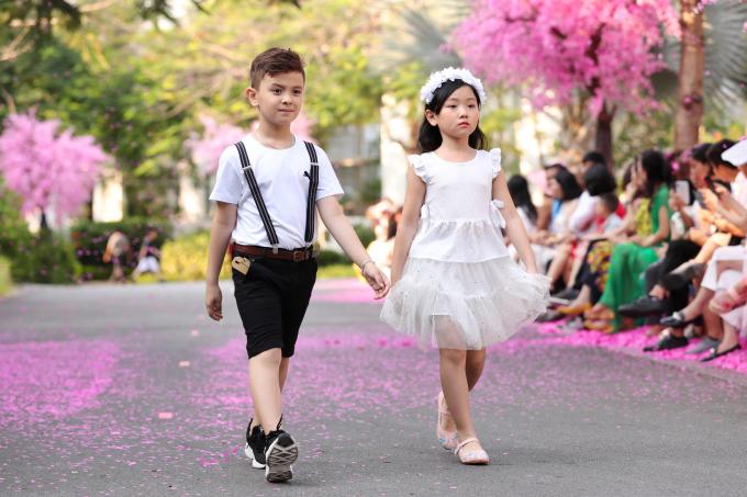 Xuân Lan và bé Thỏ diện đầm trắng làm vedette cho Văn Thành Công