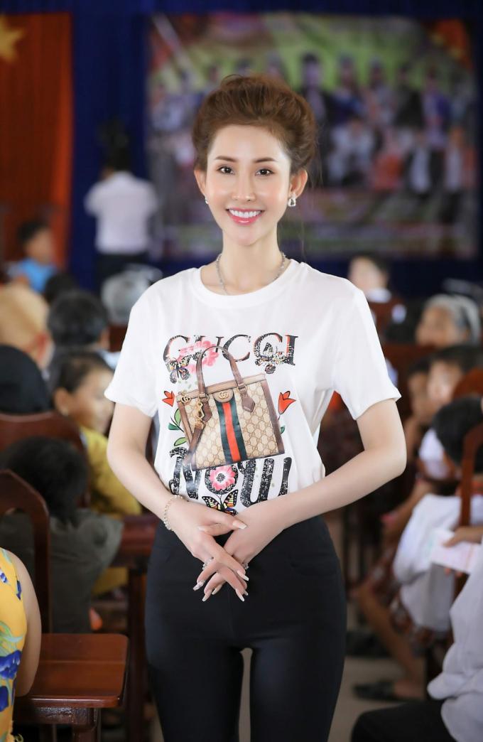 Vừa qua, Hoa hậu Chi Nguyễn đã tiếp tục có chuyến từ thiện vô cùng ý nghĩa tại huyện Đức Huệ, tỉnh Long Antrong chương trình