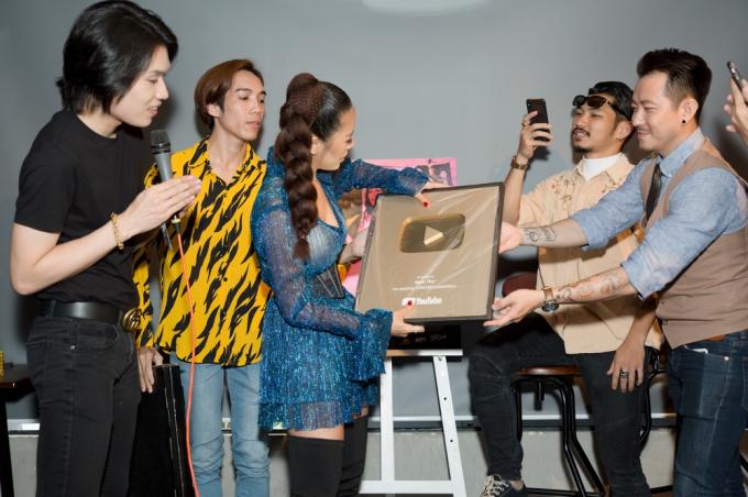 Nam Thư khui nút vàng YouTube trong buổi fanmeeting.