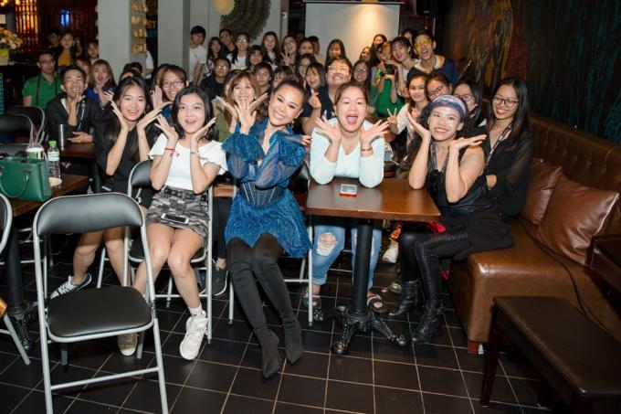 Nam Thư tuyên bố đã trả hết nợ, khui nút vàng YouTube trong buổi fanmeeting