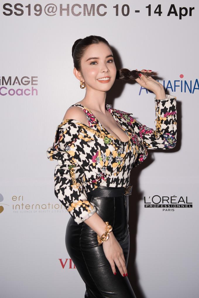 Xuất hiện trong đêm cuối của Tuần lễ thời trang quốc tế Việt Nam Xuân Hè 2019, Hoa hậu du lịch thế giới 2018 Huỳnh Vy chọn cho mình phong cách thanh lịch nhưng vẫn rất high-fashion.