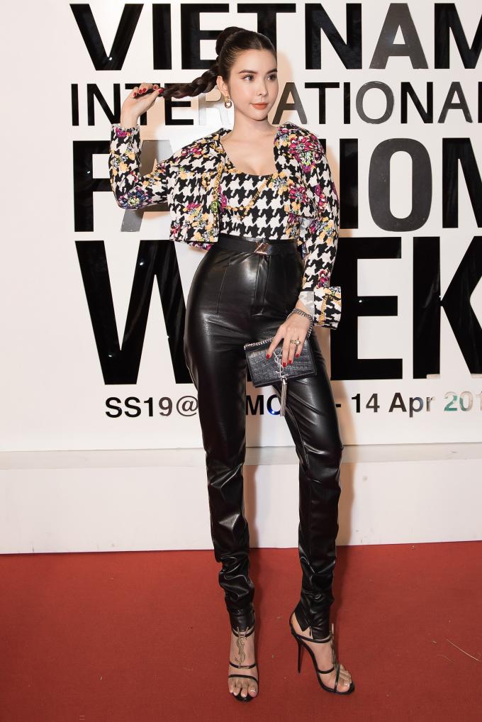 Huỳnh Vy cũng biết cách khéo léo chọn cho mình những phụ kiện thích hợp, trong đó, cô quyết định lựa chọn đôi giày và chiếc túi xách xinh xắn của thương hiệu Saint Laurent.