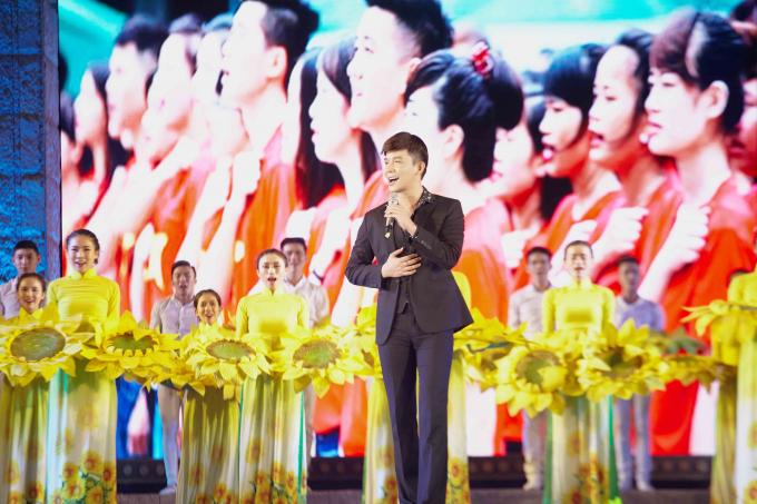 Nathan Lee diện hàng hiệu tiền tỉ ngồi ăn trái cây vỉa hè