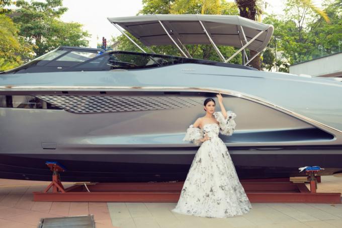 Lúc đầu, NTK Trisha Vu chỉ mờiLoan Vương tới dự và xem show. Nhưng với màn xuất hiện đầy ấn tượng của Loan Vương trong chiếc váy bồng bềnh như nàng công chúa bước ra từ truyện cổ tích, NTK đã ngỏ ý mời Loan Vương mặc một thiết kế mới của mình và lên sân khấu trình diễn với vai trò vedette kết show.Trên sân khấu, cô cũng bày tỏ mong muốn Loan Vương sẽ trở thành đại sứ hình ảnh cho thương hiệu thời trang của mình tại Singapore và mời cô ở lại đây thêm vài ngày để chụp hình quảng cáo.