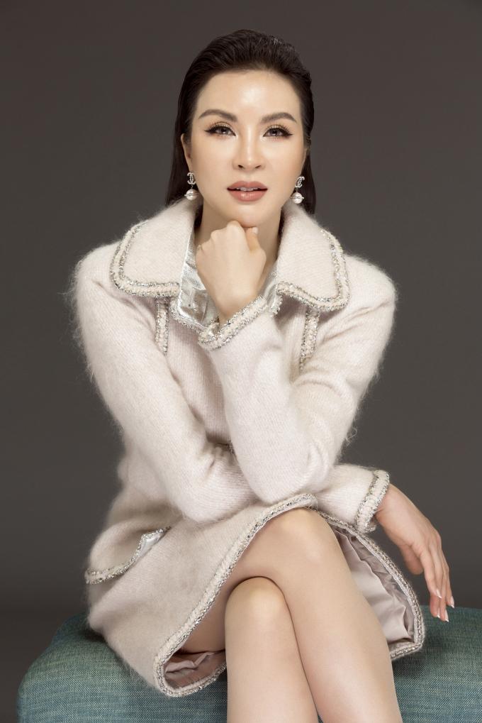 MCThanhMaikhoe vẻ sang trọng trong set trang phục trắng đơn giản đến từ thương hiệu thời trang Chanel. Những đường viền chạy dọc theo thân áo, cổ tay tôn lên vẻ sang trọng cho người mặc.