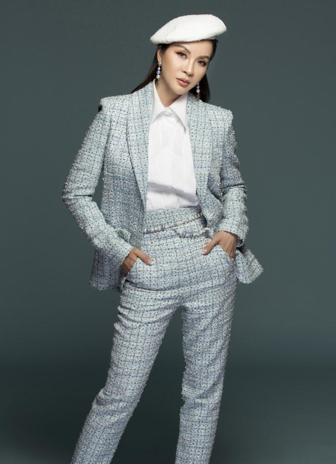 Cô kết hợp suit xanh ngọc sang trọng với sơ mi trắng lịch lãm. Nữ MC còn khéo léo chọn mũ nồi trắng, phụ kiện hoa tai dạng cườm đồng điệu với thắt lưng vô cùng sành điệu. Một điểm cộng dành cho set trang phục này là đôi giày cao gót màu xanh pastel nhẹ nhàng.