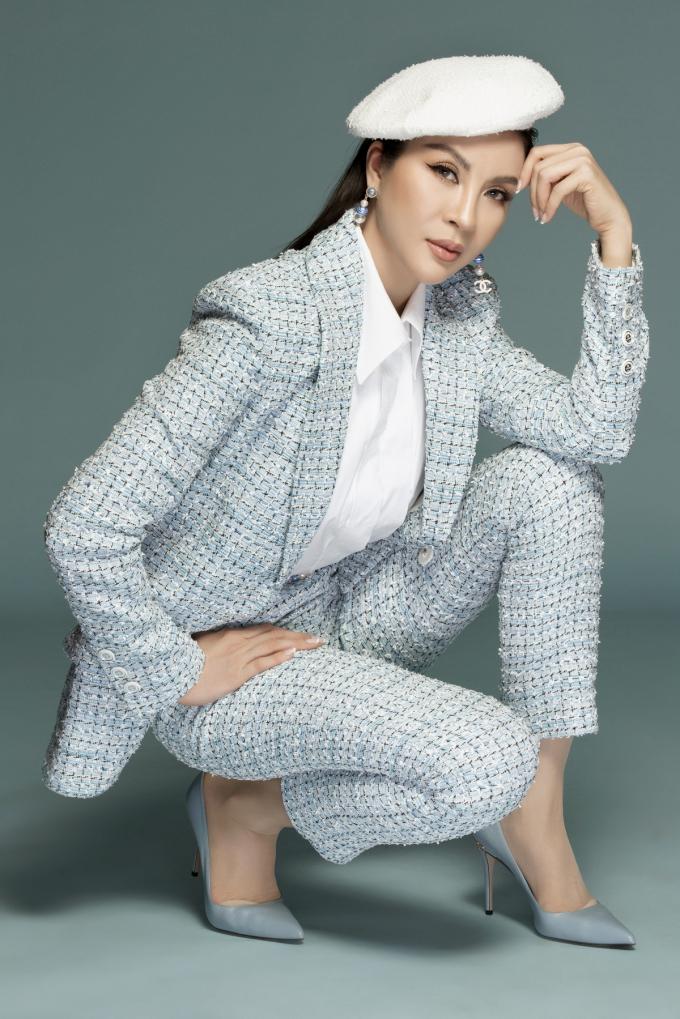 Bà chủ BB Beauté - BB Thanh Mai chuyển sang phong cách menswear với set suit trên nền chất liệu tweed từ Chanel.
