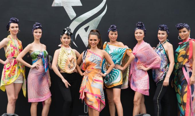 Trisha Vũ chụp hình cùng một số người mẫu tham gia trình diễn show.