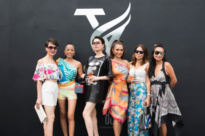 NTK Trisha Vũ (váy cam) chụp hình cùng những khách mời tới dự show diễn.