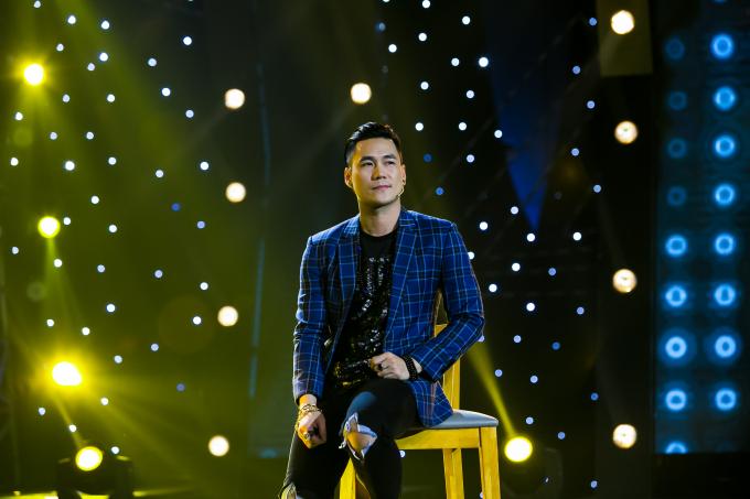 Khánh Phương điển trai trên sân khấu.