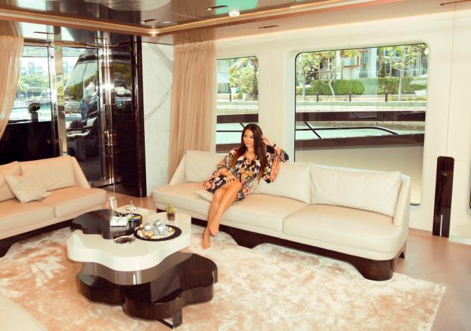 Sau 6 năm tập trung cho việc chăm sóc con cái, đã chính thức trở lại với công việc thiết kế thời trang. Cô vừa tổ chức thành công show diễn tại Singapore Yacht Show 2019 (Triển lãm du thuyền Singapore).Mới đây, cô cũng được tôn vinh là người mẹ của năm và trở thành hình mẫu cho nhiều phụ nữ theo đuổi.