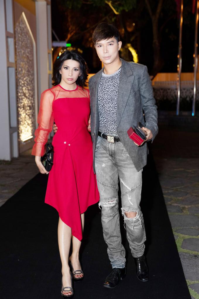 Chỉ xuất hiện tại các chương trình lớn mà anh được mời trình diễn, Nathan Lee gây bất ngờ khi tái xuất cùng một người đẹp ''lạ hoắc'' tại một sự kiện cuối tuần qua.
