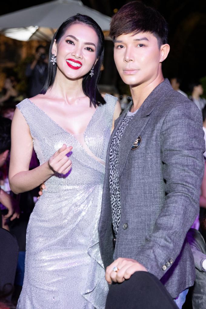 Cô gái xinh đẹp đi cùng Nathan Lee tên Lucky Nguyen, cô là một trong những chuyên gia makeup hàng đầu nướcPháp và là người chăm sóc sắc đẹp cho siêu sao Hollywood Salma Hayek, vợ của tỷ phú Francois Henri Pinault, người vừa đóng góp 100 triệu Euros để xây dựng lại nhà thờ Đức Bà Paris.