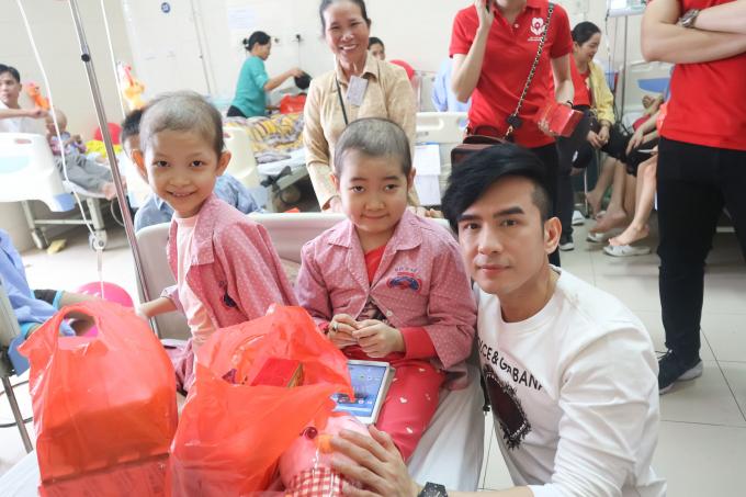 Ca sĩ Đan Trường hát và tặng quà cho các em nhỏ.
