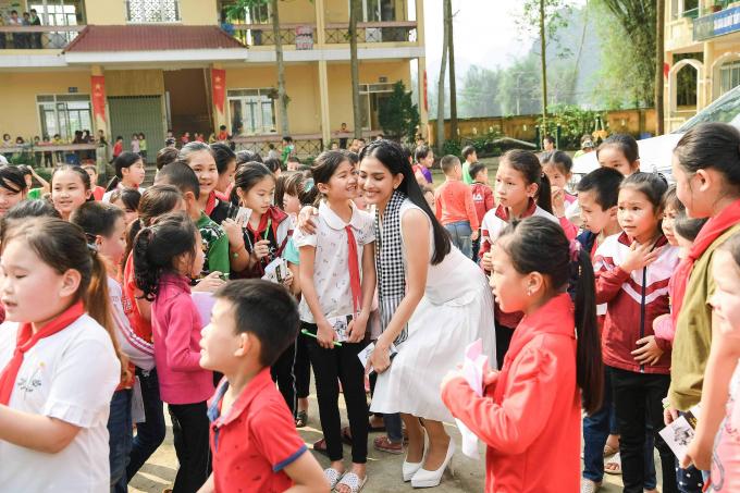Các người đẹp hoa hậu vượt núi tặng sách cho thanh niên vùng cao