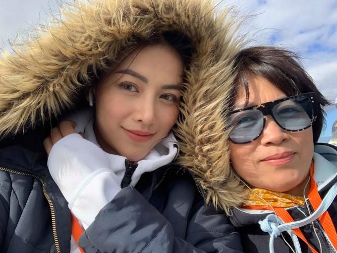 Hoa hậu Phương Khánh và mẹ trong chuyến du lịch.