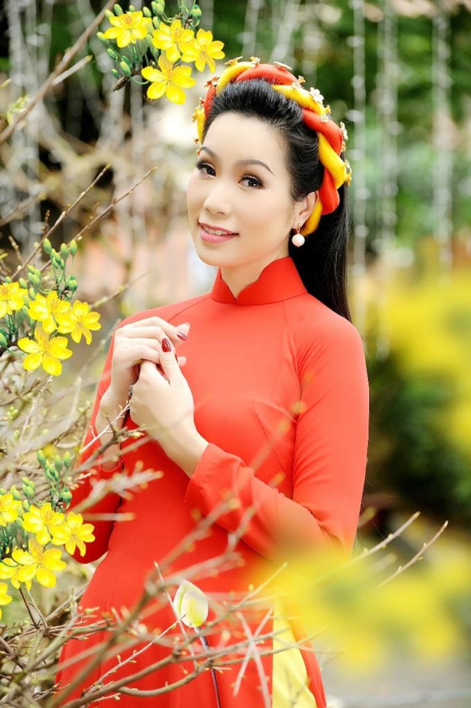 Trịnh Kim Chi thướt tha trong áo dài.