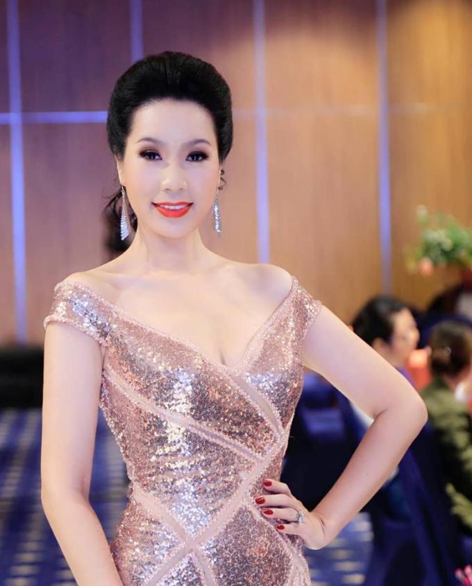Trịnh Kim Chi với vẻ đẹp rạng rỡ.