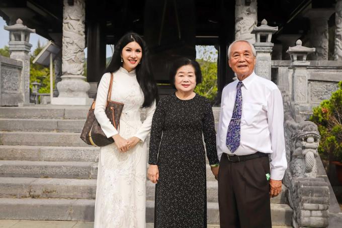 Loan Vương chụp hình cùng đồng chí Trương Mỹ Hoa, nguyên Bí thư Trung Ương Đảng, nguyên Phó Chủ tịch Quốc hội, nguyên Phó Chủ tịch nước CHXHCN Việt Nam.