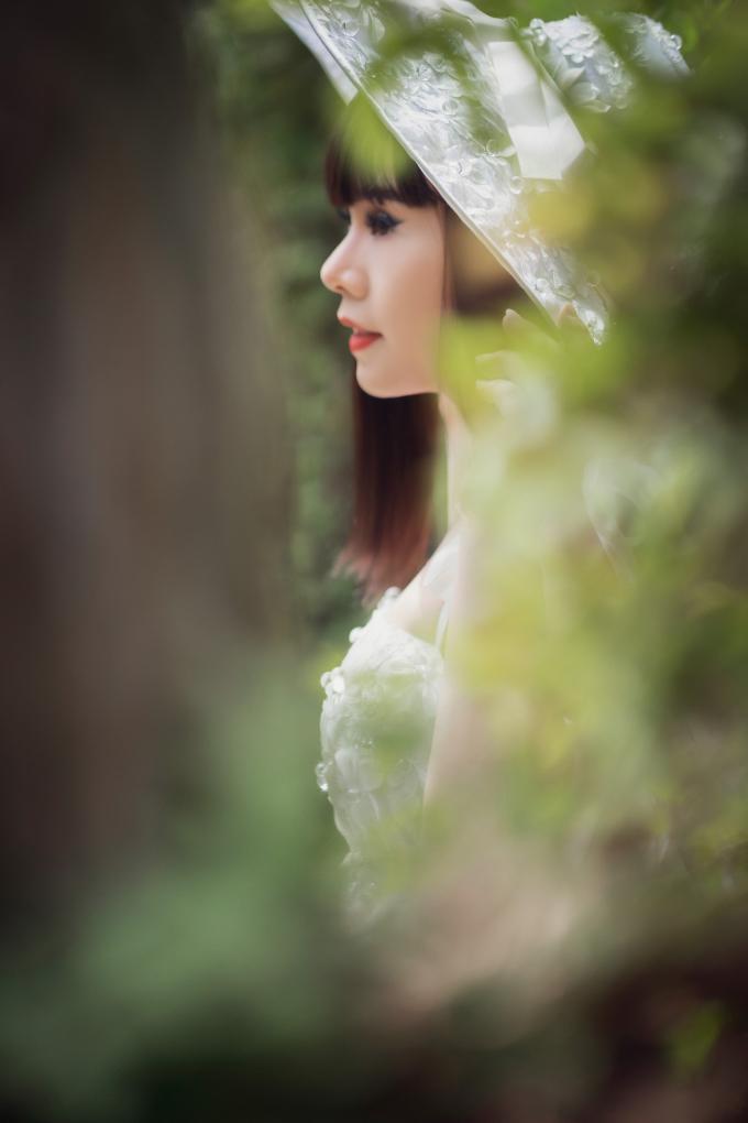 Hoa hậu Hằng Nguyễn có màn biến hóa bất ngờ khi không còn xuất hiện với hình ảnh mạnh mẽ, cá tính, đậm chất rock khỏe khoắn.