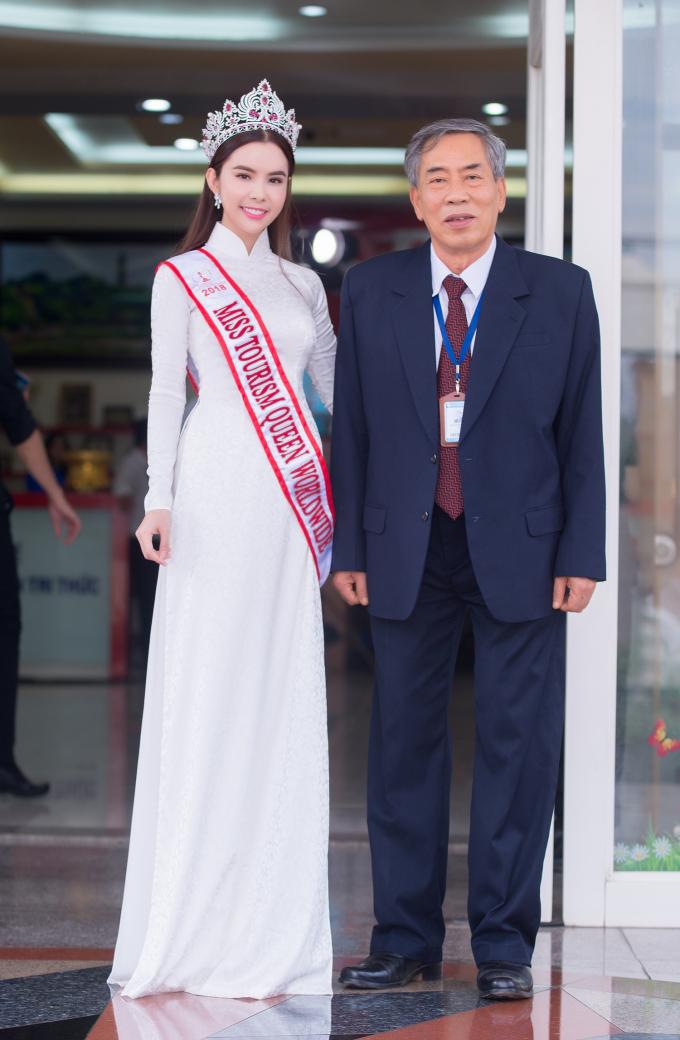 HH Huynh Vy chup hinh cung hieu truong va cac thay co, SV trong truong (1).