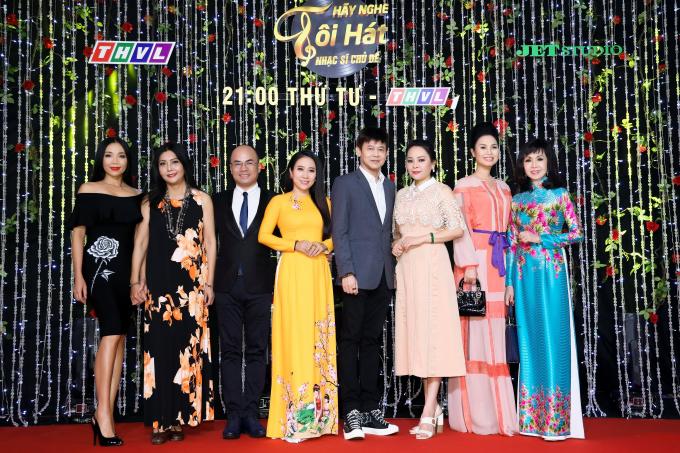Danh ca Thai Chau chup hinh cung giam khao khach moi