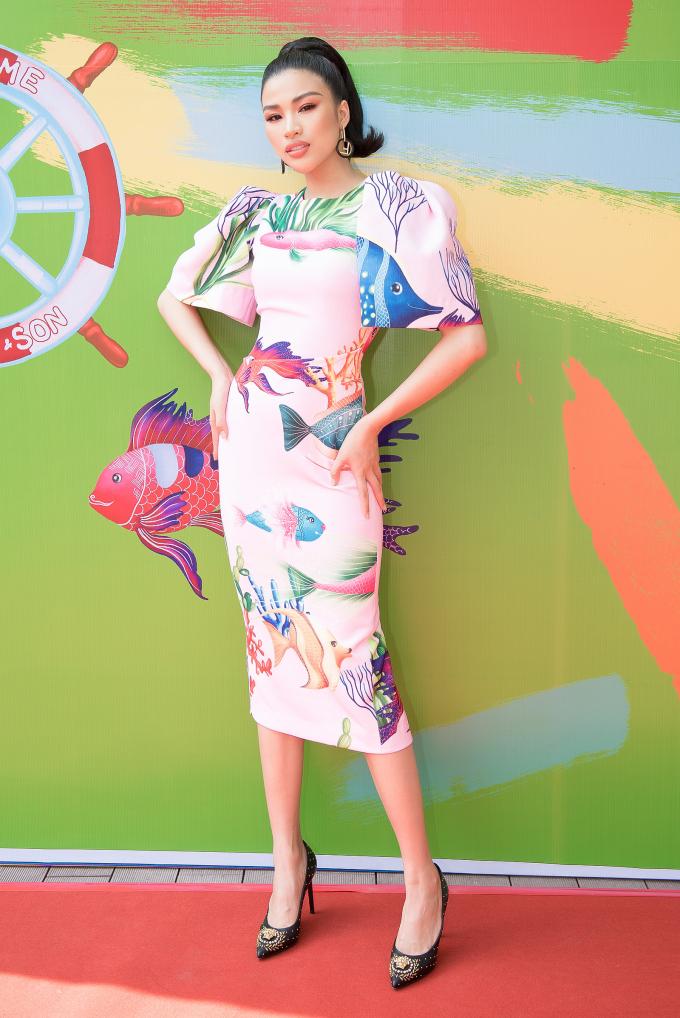 Là một trong những khách mời tới dự show diễn, Nguyễn Thị Thành diện một mẫu thiết kế mới nằm trong BST lần này. Chiếc đầm dáng suông màu hồng nhạt in hoạ tiết biển cả vô cùng ấn tượng.