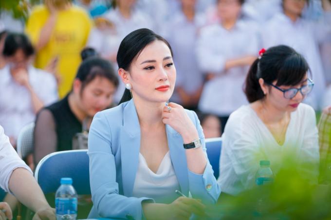 Diễn viên – người mẫu Phương Oanh (đóng phim Quỳnh Búp bê) tại Trường THPT Lý Thái Tổ.