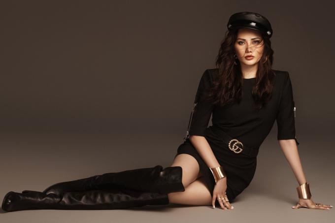 Cô diện trang phục đen khỏe khoắn và cá tính, cùng mái tóc