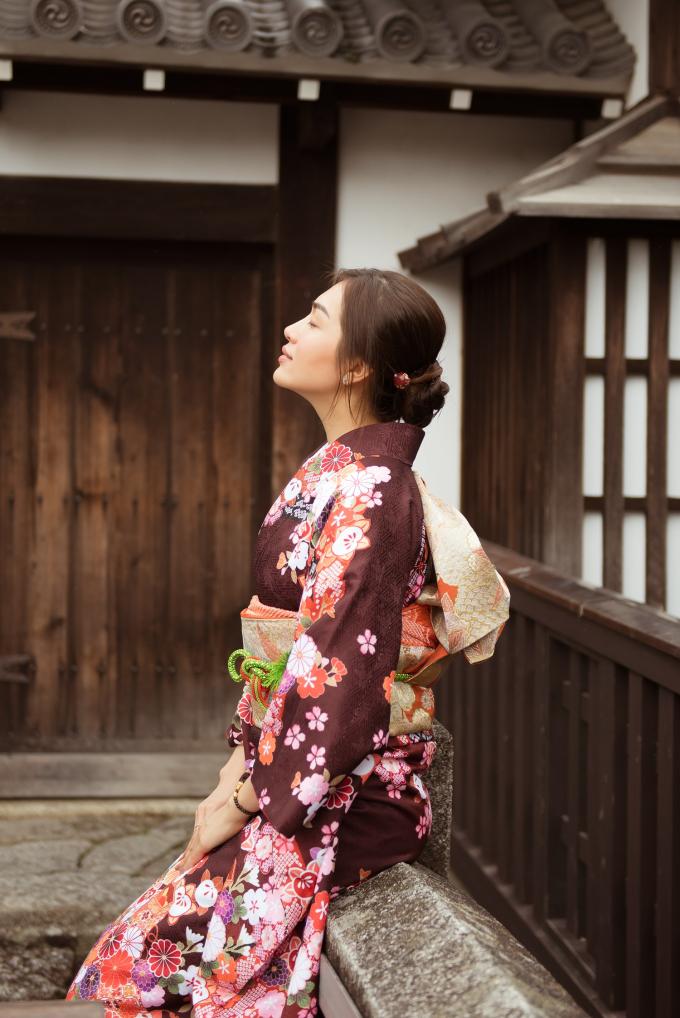 Á hậu Lệ Hằng còn khiến người hâm mộ thích thú khi diện bộ trang phục truyền thống - kimono tượng trưng cho người phụ nữ và vẻ đẹp của đất nước Nhật Bản tại thành cổ Kyoto.