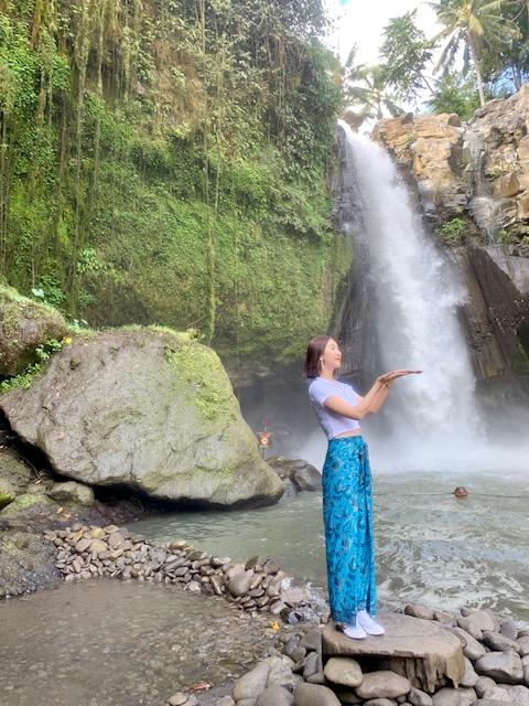 Thác nước tegenugan waterfall ở ubud.