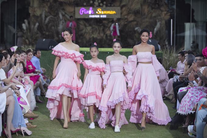 Tông hồng chủ đạo cùng những đường nét phối ren hoa văn mang đến sự nhẹ nhàng, thoáng mát cho mùa hè năng động của các bé.