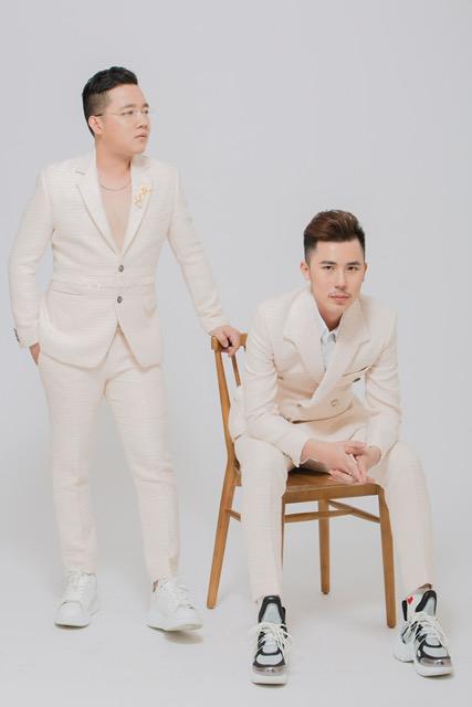2 bộ áo dài đặc biệt này do bộ đôi NTK Phạm Sĩ Toàn và Huỳnh Bảo Toàn thực hiện trong vòng 1 tuần.