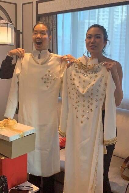 Chiếc áo dài màu được trang trí bằng nhiều phụ kiện phảng phất văn hóa xứ chùa Vàng khiến nhiều người trầm trồ ngợi khen.