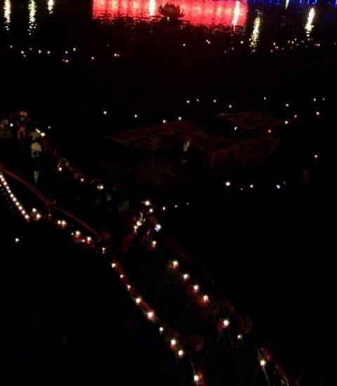 Toàn cảnh bến sông trước Đền trong đêm hoa đăng.