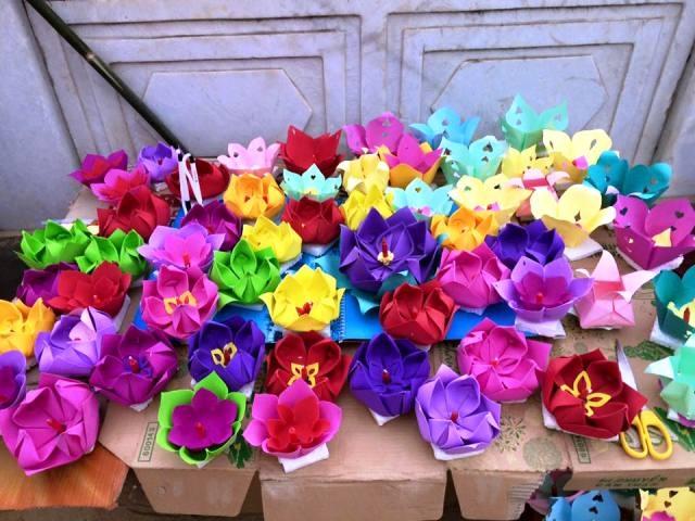 Hàng ngàn chiếc hoa đăng được nhà Đền và nhân dân trong vùng chuẩn bị cho Lễ hội.