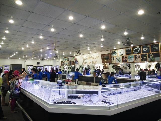 Mỗi ngày Showroom Ngọc trai Quốc An đón khoảng 500 lượt khách tham quan và mua sắm.