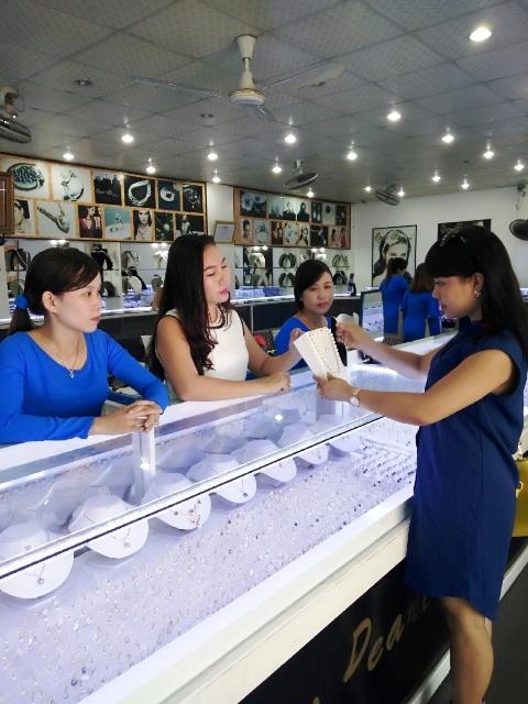 Chị Mỹ Dung (áo trắng) tư vấn lựa chọn Ngọc trai cho khách hàng.