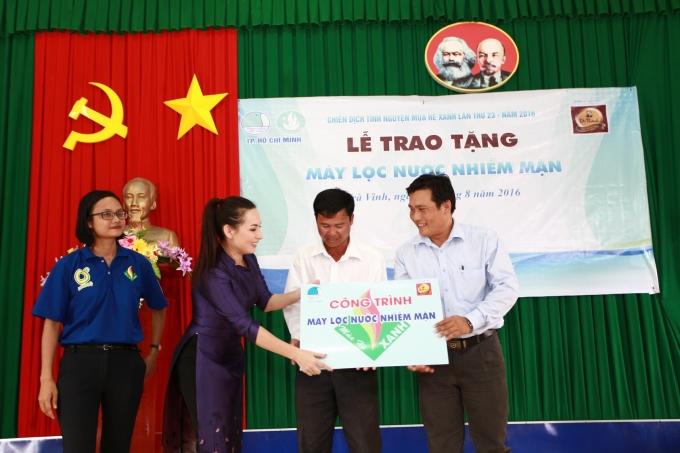 Phi Nhung trao tặng tượng trưng máy lọc nước cho đại diện UBND xã Hiệp Thạnh.