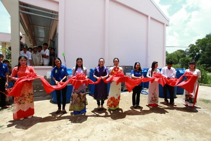 Lễ cắt băng khánh thành trạm lọc nước do nhãn hàng Trà thảo mộc DrThanh tài trợ.