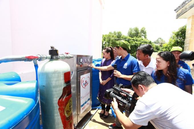 Các chiến sĩ mùa hè xanh giới thiệu về cơ chế hoạt động của máy lọc nước.