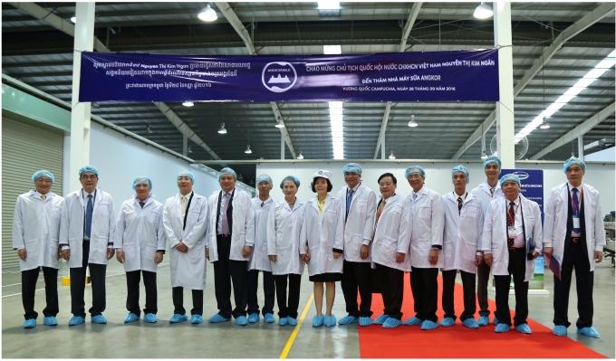 Bà Nguyễn Thị Kim Ngân- Uỷ Viên Bộ Chính trị, Chủ tịch Quốc hội cùng đoàn đại biểu cấp cao Quốc hội Việt Nam đến thăm nhà máy sữa Angkor.