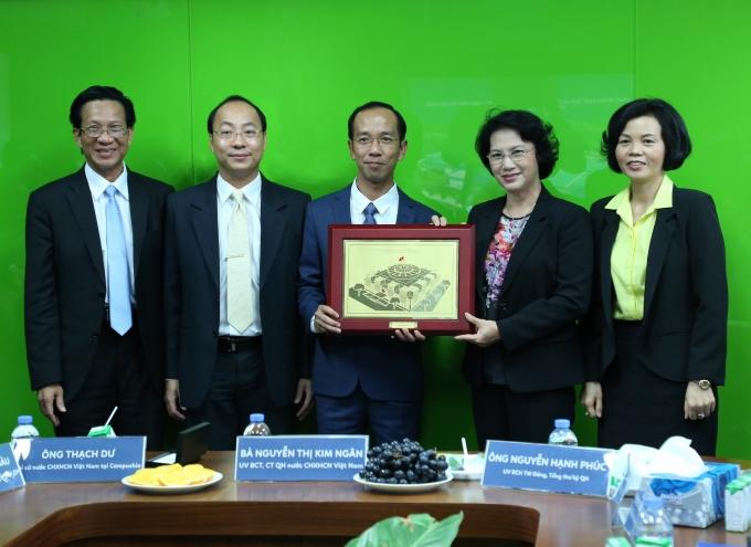 Chủ tịch Quốc hội Nguyễn Thị Kim Ngân tặng quà lưu niệm cho ông Mai Hoài Anh – Chủ tịch Hội đồng Quản trị công ty sữa Angkor.