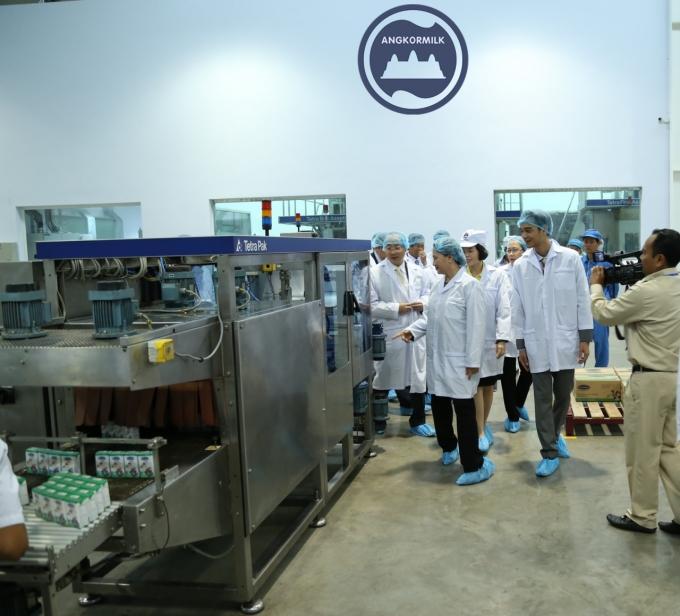 Chủ tịch Quốc hội Nguyễn Thị Kim Ngân và các đại biểu tham quan khu vực đóng gói của sản phẩm sữa nước tại Nhà máy Angkor.